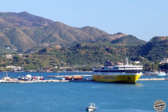 Porto de Zakynthos. O ferry amarelo é o que nos trouxe até aqui vindos da cidade de Killini.